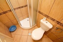 Ванная комната. Черногория, Шушань : Апартамент для 2-4 человек, с отдельной спальней, терраса с бассейном