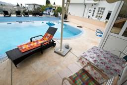 Терраса. Черногория, Шушань : Апартамент для 2-4 человек, с отдельной спальней, терраса с бассейном