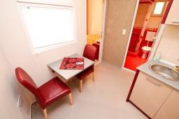 Обеденная зона. Черногория, Шушань : Апартамент с отдельной спальней в 150 метрах от моря
