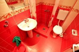 Ванная комната. Черногория, Шушань : Апартамент с отдельной спальней в 150 метрах от моря