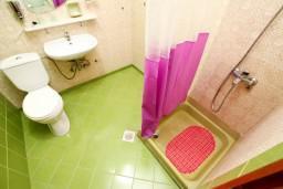 Ванная комната. Черногория, Шушань : Уютная студия в 50 метрах от пляжа