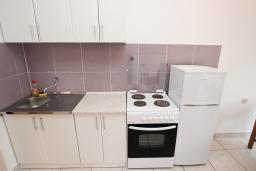 Кухня. Черногория, Шушань : Апартамент для 5-8 человек, 2 отдельные спальни