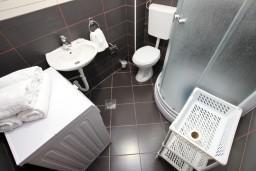 Ванная комната. Черногория, Шушань : Апартамент с отдельной спальней