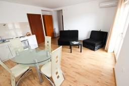 Гостиная. Черногория, Шушань : Апартамент с отдельной спальней, с террасой с видом на море