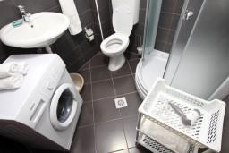 Ванная комната. Черногория, Шушань : Апартамент с отдельной спальней, с террасой с видом на море
