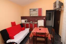 Гостиная. Черногория, Сутоморе : Апартамент для 3-5 человек, с отдельной спальней