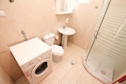 Ванная комната. Черногория, Кумбор : Апартамент с отдельной спальней, с бассейном, с двумя балконами и видом на море