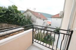Балкон. Черногория, Кумбор : Апартамент с отдельной спальней, с бассейном, с двумя балконами и видом на море