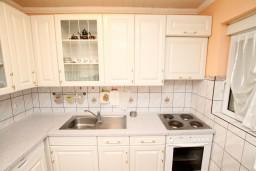 Кухня. Черногория, Сутоморе : Роскошный апартамент для 9 человек, с большой гостиной и кухней, с 4-мя отдельными спальнями, с 2-мя ванными комнатами