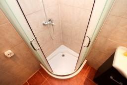 Ванная комната. Черногория, Бигова : Студия для 2-3 человек, с террасой с видом на море, 50 метров до пляжа