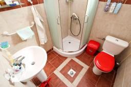 Ванная комната. Черногория, Бигова : Студия для 3-4 человек, с балконом с видом   на море, 50 метров до пляжа