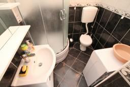 Ванная комната. Черногория, Бигова : Студия для 2 человек, с террасой с видом на море, 50 метров до пляжа