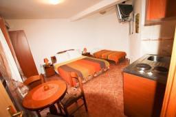 Студия (гостиная+кухня). Черногория, Муо : Студия для 3 человек, с балконом с шикарным видом на море, 20 метров до пляжа