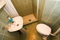 Ванная комната. Черногория, Муо : Студия для 4 человек, с балконом с шикарным видом на море, 20 метров до пляжа