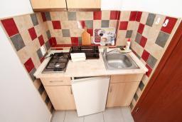 Кухня. Черногория, Лепетане : Студия для 3 человек, 20 метров до пляжа
