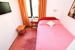 Спальня. Черногория, Лепетане : Комната для 2 человек, 20 метров до пляжа