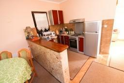 Кухня. Черногория, Лепетане : Апартамент для 4-5 человек, 2 отдельные спальни, 2 балкона с видом на море