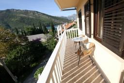 Балкон. Черногория, Лепетане : Апартамент для 4-5 человек, 2 отдельные спальни, 2 балкона с видом на море