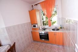 Кухня. Черногория, Лепетане : Апартамент с отдельной спальней, с балконом с видом на море, возле пляжа