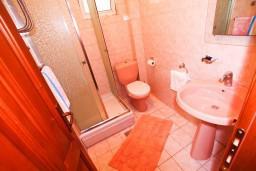 Ванная комната. Черногория, Лепетане : Апартамент с отдельной спальней, с балконом с видом на море, возле пляжа