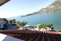 Вид на море. Черногория, Лепетане : Апартамент с отдельной спальней, с балконом с видом на море, возле пляжа
