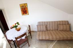 Гостиная. Черногория, Лепетане : Апартамент с отдельной спальней, с балконом с видом на море, возле пляжа