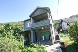 Фасад дома. Черногория, Лепетане : Большая студия для 2-4 человек, 20 метров до пляжа