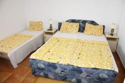 Спальня. Черногория, Игало : Второй этаж виллы с 4-мя отдельными спальнями, с 3-мя ванными комнатами, вилла расположена на берегу песчаного (детского) пляжа в Игало.