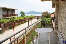 Вид на море. Черногория, Игало : Второй этаж виллы с 4-мя отдельными спальнями, с 3-мя ванными комнатами, вилла расположена на берегу песчаного (детского) пляжа в Игало.
