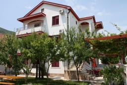 Фасад дома. Черногория, Игало : Второй этаж виллы с 4-мя отдельными спальнями, с 3-мя ванными комнатами, с балконом с видом на море, 30 метров до пляжа