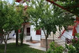 Территория. Черногория, Игало : Второй этаж виллы с 4-мя отдельными спальнями, с 3-мя ванными комнатами, с балконом с видом на море, 30 метров до пляжа
