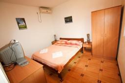 Студия (гостиная+кухня). Черногория, Доня Ластва : Студия с террасой возле моря