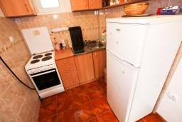 Кухня. Черногория, Доня Ластва : Студия с террасой возле моря