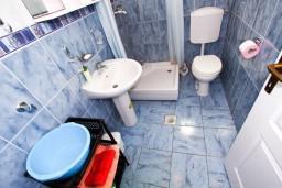 Ванная комната. Черногория, Доня Ластва : Студия с террасой возле моря