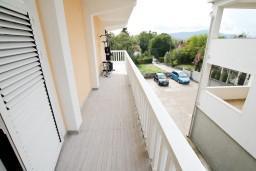 Вид. Черногория, Тиват : Уютный апартамент c отдельной спальней в 250 метрах от моря