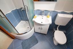 Ванная комната. Черногория, Доня Ластва : Студия с большим балконом с частичным видом на море, 80 метров до пляжа