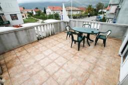 Балкон. Черногория, Доня Ластва : Студия с большим балконом с частичным видом на море, 80 метров до пляжа