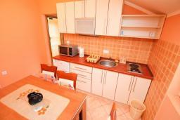 Кухня. Черногория, Доня Ластва : Апартамент с отдельной спальней, с балконом с видом на море, 80 метров до пляжа