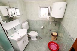 Ванная комната. Черногория, Доня Ластва : Апартамент с отдельной спальней, с балконом с видом на море, 80 метров до пляжа