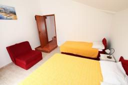 Спальня. Черногория, Доня Ластва : Апартамент с отдельной спальней, с балконом с видом на море, 80 метров до пляжа