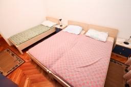 Спальня. Черногория, Доня Ластва : Апартамент для 5 человек, с 2-мя отдельными спальнями, возле моря