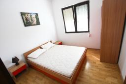 Спальня. Черногория, Тиват : Апартамент с отдельной спальней, с балконом с видом на море