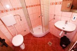Ванная комната. Черногория, Тиват : Апартамент с отдельной спальней, с балконом с видом на море