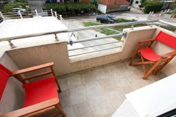 Балкон. Черногория, Тиват : Апартамент с отдельной спальней, с балконом с видом на море