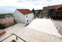 Вид. Черногория, Тиват : Апартамент с отдельной спальней, с балконом с видом на море