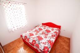 Спальня. Черногория, Селяново : Апартамент для 4 человек, с 2-мя отдельными спальнями, с балконом с видом на море