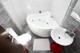 Ванная комната. Черногория, Селяново : Апартамент для 4 человек, с 2-мя отдельными спальнями, с балконом с видом на море