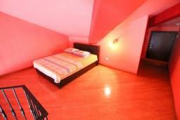 Спальня. Черногория, Селяново : 2-х уровневый апартамент для 4 человек, с 2-мя отдельными спальнями, с балконом с видом на море