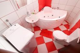 Ванная комната. Черногория, Селяново : 2-х уровневый апартамент для 4 человек, с 2-мя отдельными спальнями, с балконом с видом на море