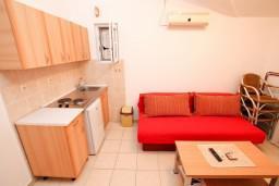 Гостиная. Черногория, Доня Ластва : Апартамент с отдельной спальней, 60 метров до моря